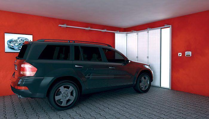 Posuvná brána je zložená zo zvislých panelov, ktoré sa pri otváraní zasúvajú k stene garáže, takže nepotrebujú miesto pod stropom ani minimálnu výšku nadpražia. Výhodou je, že ju netreba otvoriť celú, ak prechádzate napríklad len s bicyklom.