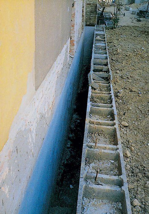 Vlhkosť suterénneho muriva môže byť odvetraná aj prostredníctvom vzduchovej medzery.