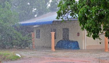 Pôsobenie náporového dažďa na pórobetón a tehlu
