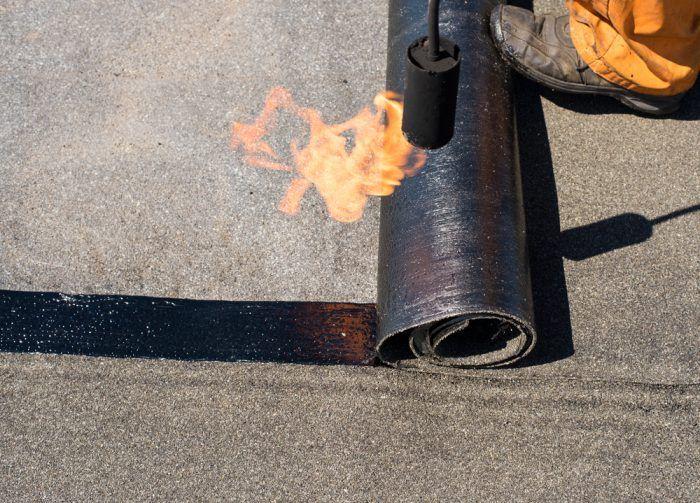 Natavovať asfaltopvé pásy by mal robiť človek, ktorý už má s touto prácou skúsenosti.