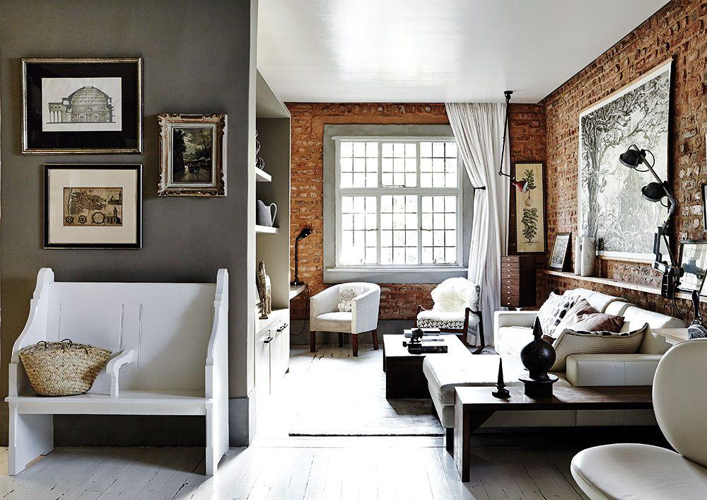Farby sú zväčša neutrálne a paleta ich tónov siaha od bielej až po tmavosivú. Zvláštny odtieň steny, ktorý sa vyskytuje v celom interiéri, pripomína farbu lepenkových škatúľ. Majitelia domu si ho nechali namiešať na zákazku a nazvali ho kraft.
