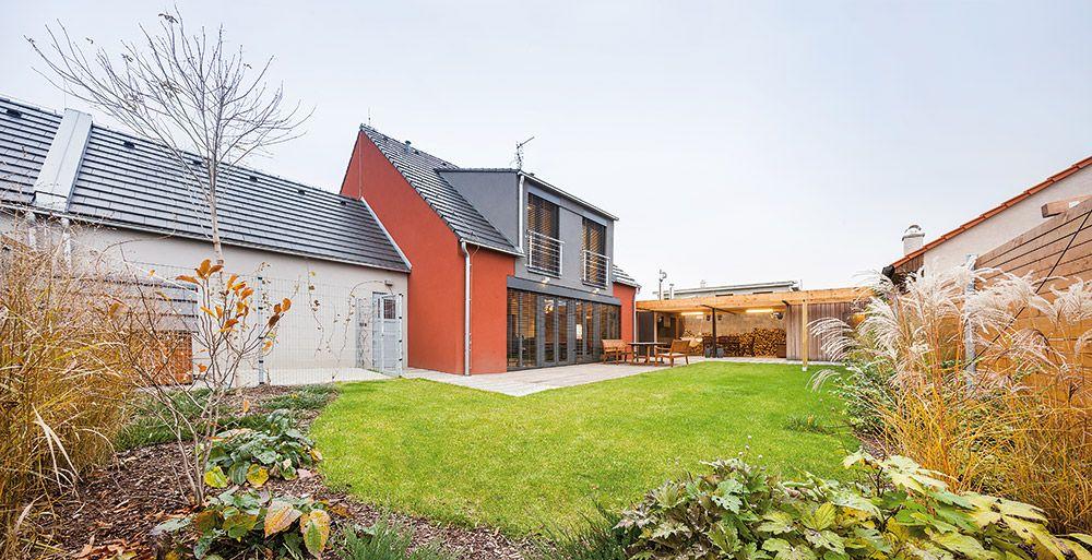 Priestor okolo domu je vydláždený betónovou dlažbou uloženou do pieskového lôžka a veľkoformátovými betónovými panelmi uloženými do štrkového lôžka. Pochôdznu plochu terasy tvoria terasové dosky umiestnené na drevenom rošte do štrkového podkladu.