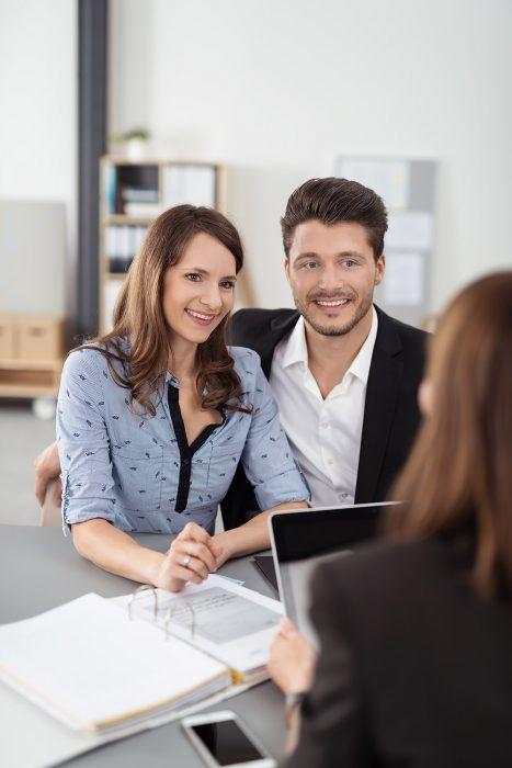 Účelovo viazané úvery sú výhodnejšie ako bezúčelové, úvery so založením nehnuteľnosti sú výhodnejšie ako pri inej forme zaručenia, a čím je dlhšia splatnosť úveru, tým nižšia je mesačná splátka.