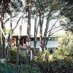 Uvelebený v rokline dom ladne zapadol k okolitej prírode. Majitelia využili všetok potenciál, ktorý im okolie ponúkalo, vrátane výhľadov, tieňa i slnka.
