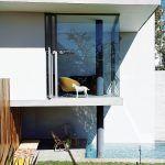 Kuchynský výklenok je benefitom aj zo strany terasy. Majitelia si vďaka nemu môžu užívať posedenie na krytej terase. Čalúnená lavica je výsledkom tvorivosti Jo.