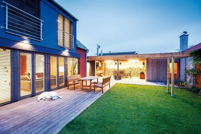 V zadnej časti záhradného domčeka nechýba sauna. Vďaka zaskleným dverám si domáci pri jej využívaní môžu vychutnávať aj výhľad do vlastnej záhrady. Za ňou sa nachádza sklad, ktorý mimo sezóny slúži na uskladnenie exteriérového nábytku.