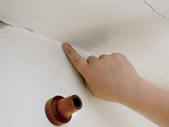 Na vyhladenie tmelu môžme použiť aj prst navlhčený v saponáte.
