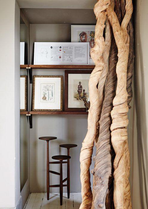 Chodba vedúca zo spoločného denného priestoru do rodičovskej zóny – spálne a kúpeľne Patricea a Emmanuelle. Významne sú tu zastúpené predmety a materiály pochádzajúce z Afriky. K zariadeniu patrí príručný stolík z 50. rokov minulého storočia zhotovený z orechového dreva, plastika zo suchých lián a umelecké diela, ktoré spočívajú na jednoduchých policiach.