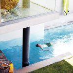 Bazén sčasti prekrytý architektúrou domu je vybudovaný z kombinácie betónu a kameňa, vyťaženého priamo na stavenisku. Najviac si ho užíva syn Jeffa a Jo – tínedžer Oscar.