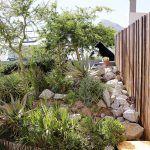 Súkromie a odstup od susedov si majitelia udržujú aj vďaka bujnej skalke z rastlín a kameňov, ktoré boli pri rekonštrukcii len premiestnené. Antonio využil sklon terénu, ktorý im poskytuje tieň, takže zavlažovanie je nutné len minimálne.
