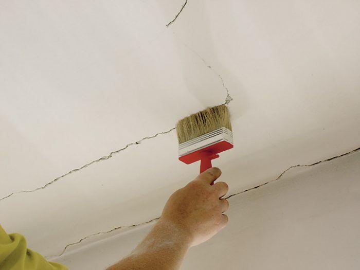 Pred nanesením tmelu sa odporúča stenu zvlhčiť štetcom alebo pomocou plastových fľaštičiek s mechanickým rozprašovačom od rôznych čistiacich prostriedkov. Vymyjeme ich a naplníme čistou vodou. Vody nanesieme len toľko, aby nestekala po stene.