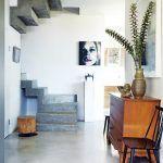 Pohľadový betón majitelia použili aj v interiéri. Obľúbili si jeho drsný vzhľad, jednoducho kombinovateľný s eleganciou nábytku z obdobia moderny.