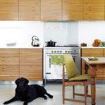 Elegantná kuchynská linka necháva vyniknúť výraznej kresbe dreveného masívu. Je estetickou kombináciou pre muža aj ženu a zároveň Jo evokuje obľúbené obdobie moderny.