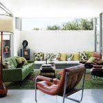 Vďaka posuvným dverám interiér plynule prechádza do záhrady. Pri plnom otvorení sa obývačka stáva jej súčasťou. Tento dojem podčiarkuje aj betónová lavica, ktorá je súčasťou izby a po oboch stranách vybieha do záhrady.