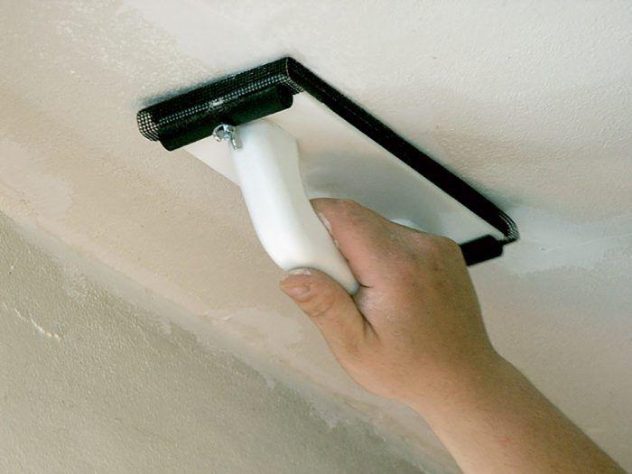Prebytočný tmel sa musí po vytvrdení zbrúsiť na úroveň steny či stropu. V prípade, že je škára hlboká, vypĺňame ju na etapy, pretože príliš silná vrstva by presychala veľmi dlhú dobu. Druhú vrstvu nanášame až po vytvrdení tej predchádzajúcej, najlepšie na druhý deň.