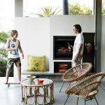 Terasa do záhrady je akýmsi vyústením obývacej izby. Ich splynutie je ešte zvýraznené zhodnou betónovou podlahou použitou v interiéri aj exteriéri.