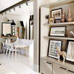 Recept na zjemnenie. Drevené podlahy natreté nabielo zjemňujú farebnú paletu interiéru. Biela v rozličných odtieňoch je zároveň aj dominantnou farbou nábytku a zariadenia.
