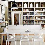 Biely mix. Moderný jedálenský stôl vyrobený na mieru je dielom súčasného dizajnéra Jamesa Mudgea. Z jednej strany sú pri ňom súčasné jedálenské stoličky, z druhej lavica, na ktorej sa sedávalo pri bohoslužbách v synagóge. Moderný vzhľad získala vďaka bielemu náteru.