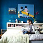 Luciina spálňa. Zvláštny teplý odtieň modrej dali namiešať podľa Emmanuelliných predstáv. Obrázky si Lucie vybrala ako darček k štvrtým narodeninám, keď boli s mamou v miestnej galérii.