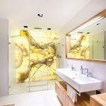 Dominantou kúpeľne je stena z ónyxu, ktorá tvorí zadnú stenu sprchového kúta. Ónyx celý priestor presvetľuje a vnáša doň príjemnú energiu.