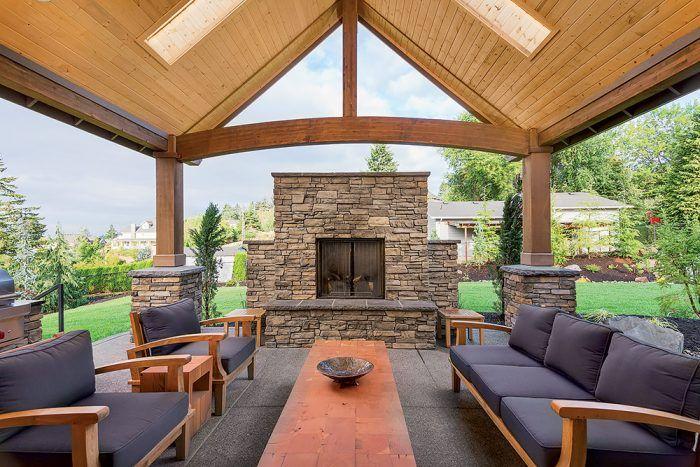 Ak je terasa chránená prístreškom, možno okolie kozuba zariadiť pohodlnejším nábytkom.