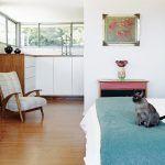 Zariadenie manželskej spálne pozostáva zo súčasného nábytku na mieru podľa návrhov Jo. Komodu z lakovaného dreva, rovnakého ako v kuchyni, doplnila retro kreslom a obrazom od miestneho maliara.