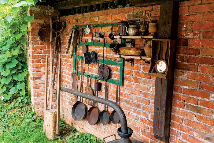 Na terase pri chate a chalupe dobre využijete aj takého retro poľnohospodárske doplnky na zabíjačku a grilovanie.