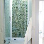 Rodičovská kúpeľňa upúta predovšetkým hrou zhora dopadajúceho svetla na zelenú mozaiku. Denné svetlo využili manželia skutočne všade, kde mohli.