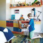 Nábytok do detskej izby navrhla Jo, inšpirovala sa pritom obľúbenou hračkou syna Oscara – stavebnicou Lego. Farby však trochu stlmila, aby príliš nekonkurovali zvyšku domu.