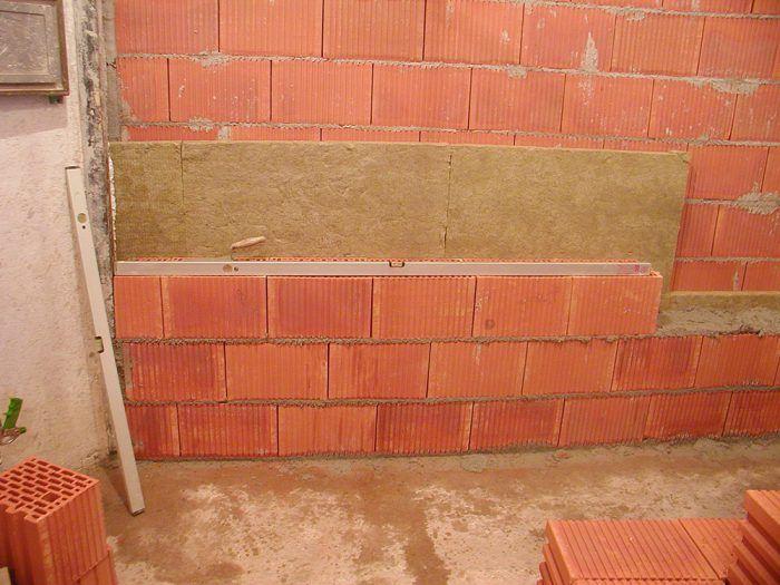 Pre medzibytové deliace steny v radových domoch je ideálnym riešením dvojitá stena z tehál hrúbky 25 cm s dutinou hr. 50 mm vyplnenou minerálnou akustickou izoláciou.
