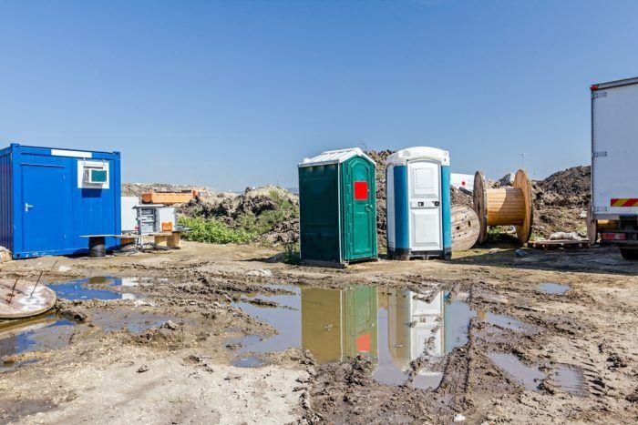 Stavenisko rodinného domu musí byť vybavené mobilným WC, kontajnerom pre pracovníkov a aj sklad na drobný stavebný materiál a náradie.
