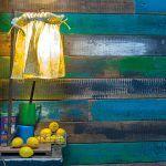 O farebné nátery stien obložených drevom sa opäť postaral majiteľ. Dosky najskôr namoril a postupne pomaľoval výraznými farbami podľa svojho vkusu a cítenia.