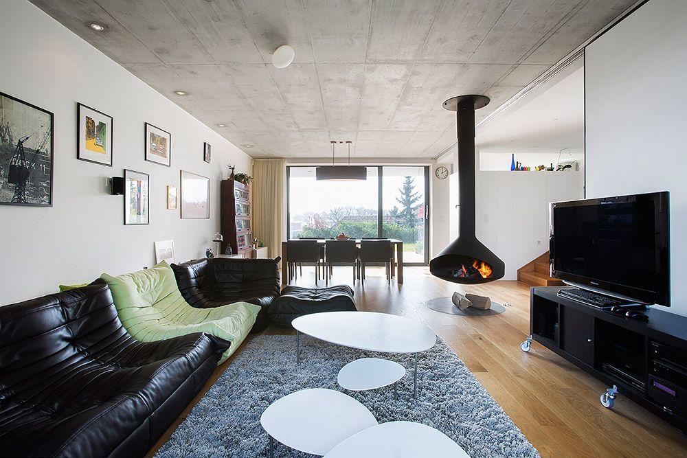 """""""Myslím si, že hranice medzi architektúrou a interiérom by nemali byť vnímané. V našom dome sú tieto dve časti veľmi prepojené. Interiér vznikal dotváraním architektúry, a teda domu – vstavané skrine, zábradlia, schodiská, posuvné steny... Všetko ostatné vnášame do priestoru postupne a pomaly sa zapĺňa nami samými. Tak podľa mňa vzniká domov."""" Architekt Tomáš Šebo"""