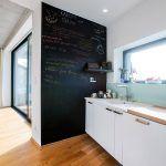 """Kuchyňa je ukrytá """"za rohom"""". Architekt tak skryl neporiadok pred očami návštev a podporil veľkorysosť priestrannej obývačky."""