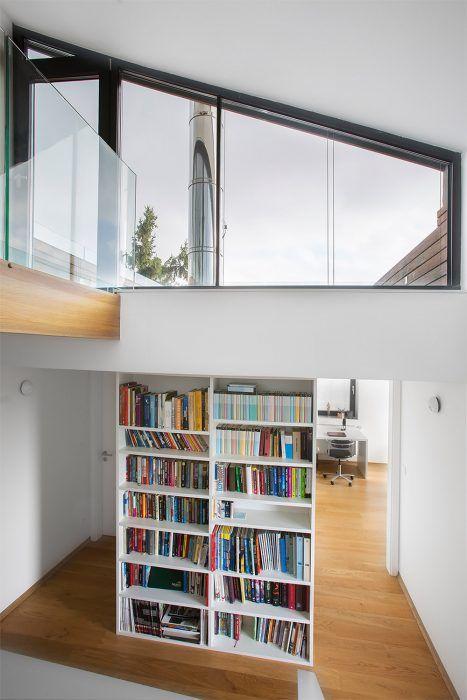 Zasklené steny na oboch stranách dennej časti vytvárajú pocit maximálnej prepojenosti interiéru s exteriérom, pretože cez dom vidno skrz-naskrz. Keďže však obe záhrady poskytujú dostatok súkromia, je táto otvorenosť len veľkým bonusom.