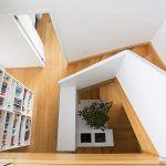 Odspodku až navrch. Schodisko je funkčným architektonickým prvkom. Prejsť sa ním znamená zažiť kompletnú prehliadku celého domu a odhaliť jeho netradičné výškové členenie.