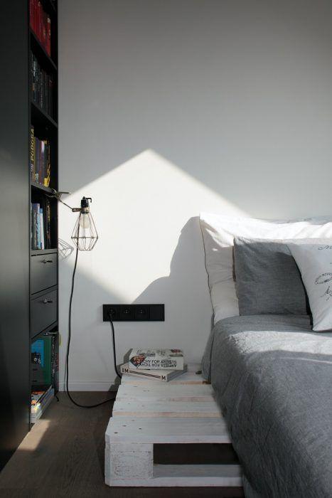 Spálňu rozdelili nábytkom na dve časti – samostatný šatník a romantické miesto na posteľ pod strešným oknom.