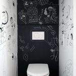 """Na steny WC a kuchyne použili takzvanú """"chytrú maľbu"""", na ktorú možno písať a kresliť a odkazy sa dajú jednoducho zmazať. """"Najlepšie funguje na záchode, kde je na rôzne odkazy najviac času,"""" smeje sa architektka."""