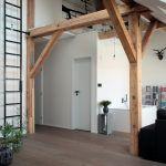 Priestorové hry. Architektka Klára Valová dokázala vyťažiť z komplikovaného priestoru maximum. Po odkrytí celej výšky podkrovia sa nad kúpeľňou našlo miesto na malú pracovňu a odkladací priestor za komínom.
