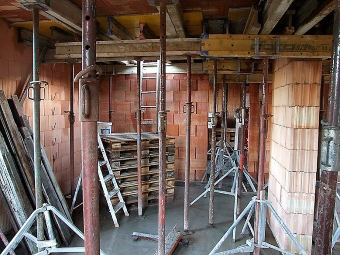 Prízemie je hotové. Tam hore, nad podopretým stropom, však porastú ďalšie steny.