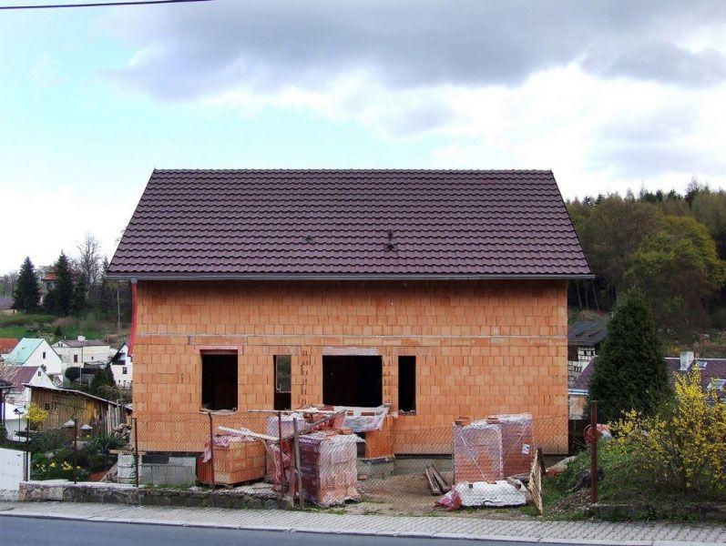 """""""Pokiaľ ide o materiál, tam som mal jasno od začiatku. Vždy som chcel tehlový dom,"""" hovorí domáci pán, ktorý si postavil dom svojpomocne."""