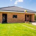Dom s praktickým dispozičným riešením možno postaviť aj na dlhom a úzkom pozemku.