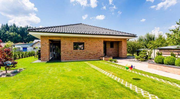 Dom je umiestnený v zadnej časti pozemku rodičov pána domu.