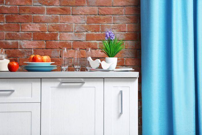 Na výsledný vzhľad obloženej steny majú vplyv aj hrúbky škár a farba škárovacej malty. Hoci je šírka škár vecou vkusu a dôkazom precíznosti toho, kto bude pásiky lepiť, platí nepísané pravidlo, že šírka škár by nemala byť menšia ako 10 mm.