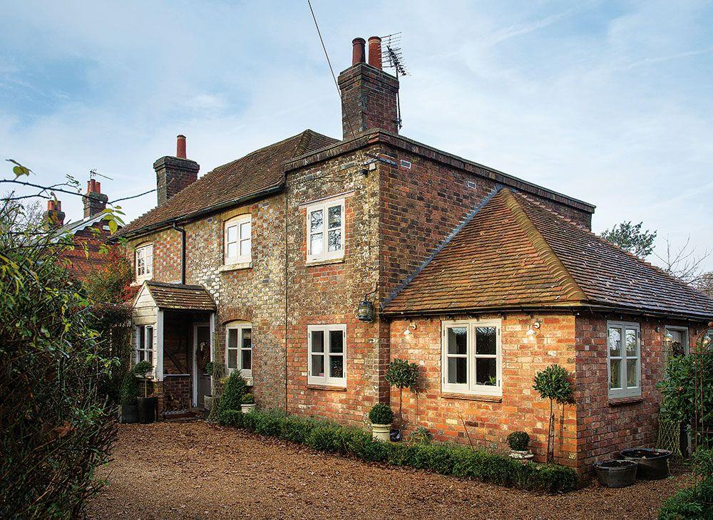 Dvojdom, ktorý v roku 1833 postavila farmárska rodina, prešiel v 30. rokoch minulého storočia rekonštrukciou. V roku 2006 ho kúpili Deanovci a postupne ho obnovili.