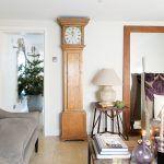 Obývaciu izbu zdobia starožitné hodiny, ktoré Sophie zdedila po svojom otcovi. Na svoje terajšie miesto zapadli presne na milimeter. Veľké zrkadlo nachádzajúce sa v blízkosti odráža svetlo prichádzajúce zvonka.