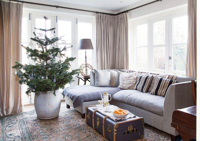 Útulná druhá obývacia izba s rohovou sedačkou slúži ako miestnosť na prijímanie návštev a vyžaruje z nej pohoda a pokoj. Svoje miesto tu našiel aj vianočný stromček umiestnený v masívnej zinkovej nádobe.