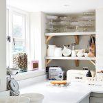 Kuchynské skrinky navrhla Sophie a na mieru ich vyrobil miestny stolár, ktorý sa postaral aj o okná. Pracovná doska z kompozitného materiálu pripomínajúceho biely kameň je tiež vyrobená na zákazku.