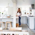 Kuchyňa má tvar písmena U, pričom v nej nechýba praktický ostrov – ten rozširuje pracovnú plochu a slúži aj ako príležitostné sedenie (napríklad počas raňajok).