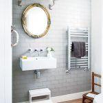 Toaleta naozaj s citom prepája staré s novým. Moderné hranaté umývadlo, chrómovaný radiátor a trendové sivé obkladačky v tvare tehly dopĺňa zrkadlo v ozdobnom ráme a dvojica lampičiek s tienidlami.